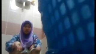 Ngintipin Gadis Jilbab Lagi Pipis Ditoilet