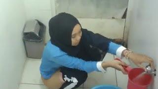 Abg Jilbab Kebelet Pipis Terekam CCTV